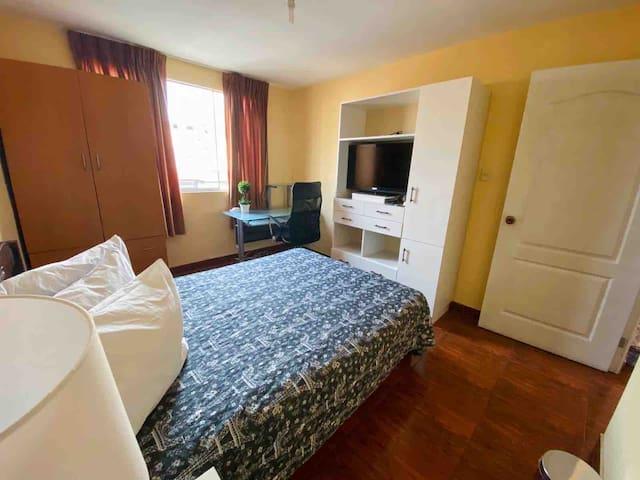 Habitación con tv , cable mágico y App de Nexflix  debe tener su cuenta personal, cama de 2 plazas , iluminada y ventilada
