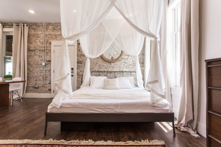 Bohemian Loft Near Downtown Chicago with Parking