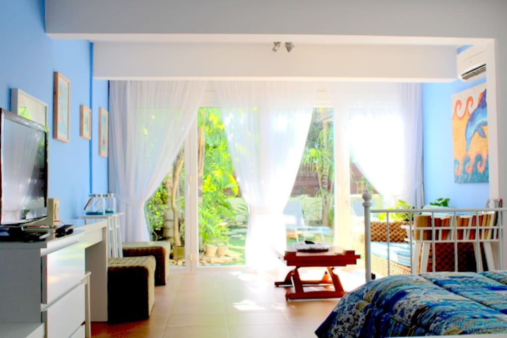 Spacious living room with bedroom, with view on the Garden!