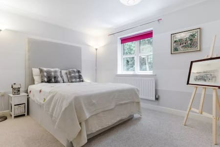 Double, with private bathroom Harry Potter Studios - Watford - Rumah