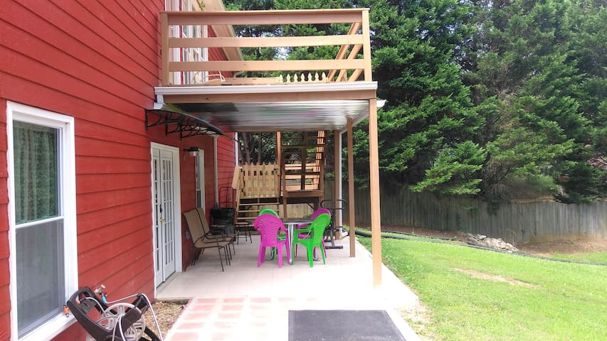 Covered patio with table and chairs. Direct access to the guest house.