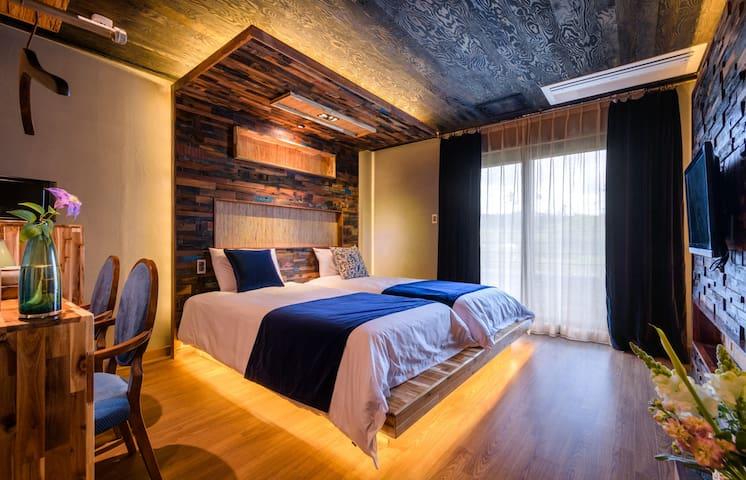 A quiet & cozy room (standard twin) in Aewol, Jeju