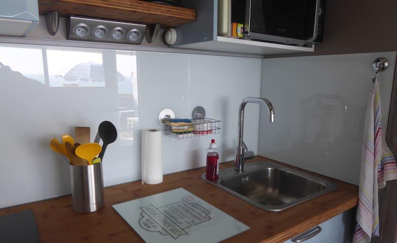 ... la cuisine claire et moderne...