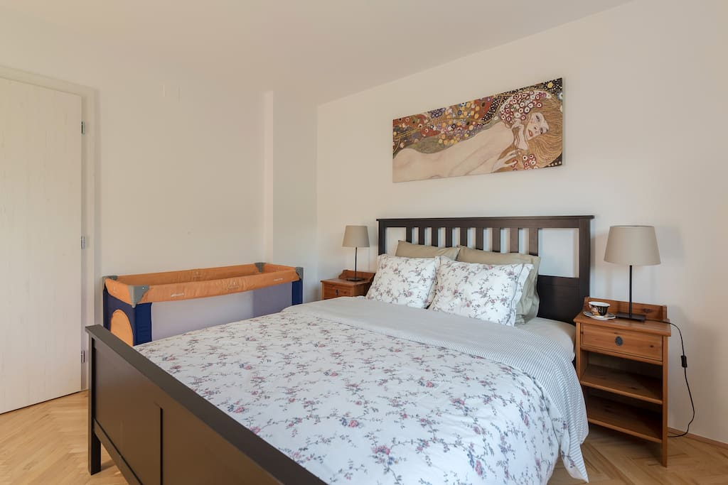 The house is quiet and it's easy to sleep. Master bedroom with a queen size double bed, size 160 x 200 cm (63 in x 79 in).