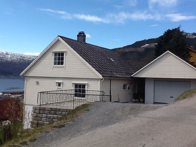 Flotte omgivelser ved fjord, fjell. - Stryn - House