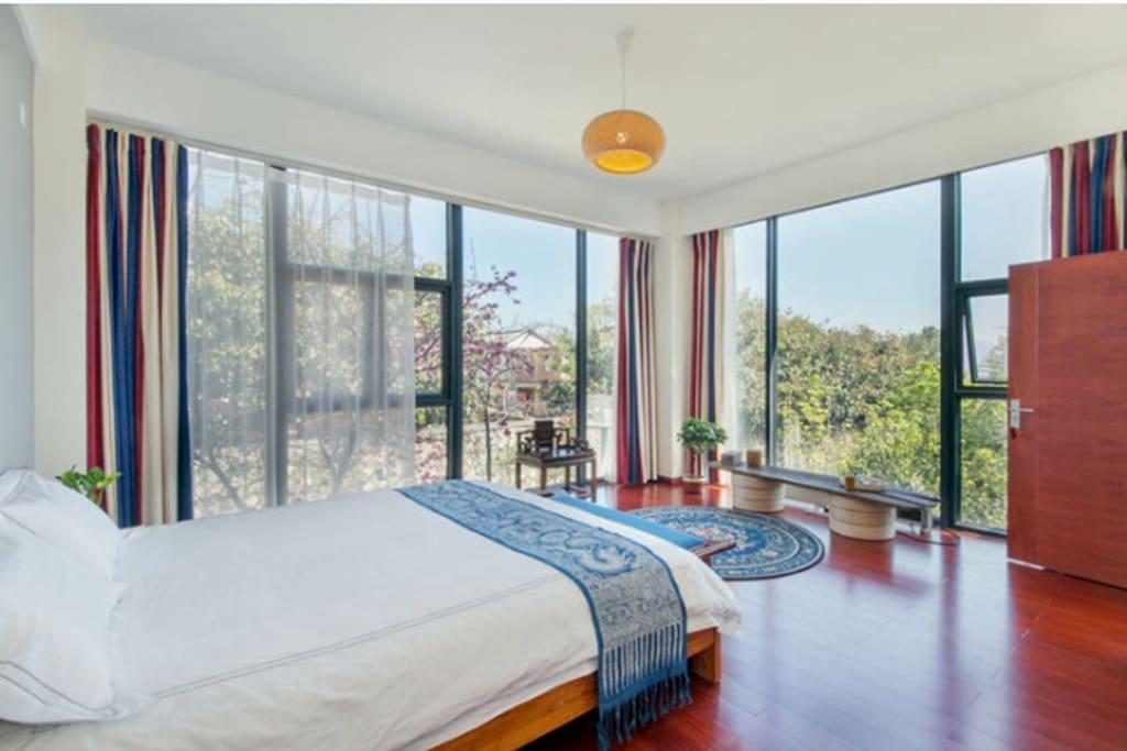 房间明亮通透视线极好。可以看到苍山和洱海。