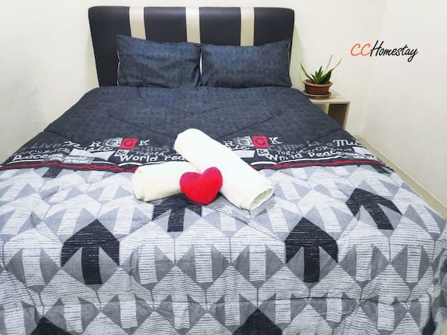 Room 1:Queen bed with aircond and ceiling fan, can sleep up to 4 persons with floor mattress provided.  房间 : 双床位,设有冷气及风扇,提供床床垫可睡至四人。