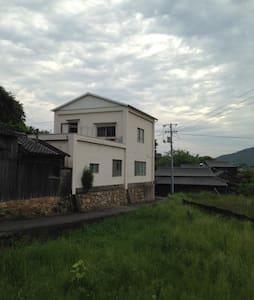 c.直島から100m離れた向島にあるゲストハウス「ひみつ基地」 - Naoshima - Haus
