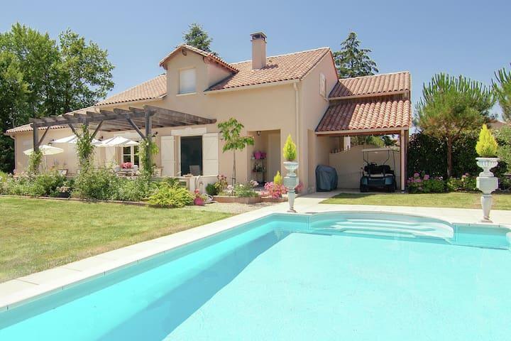 Luxe villa met verwarmd zwembad aan golf met veel privacy en weids uitzicht.