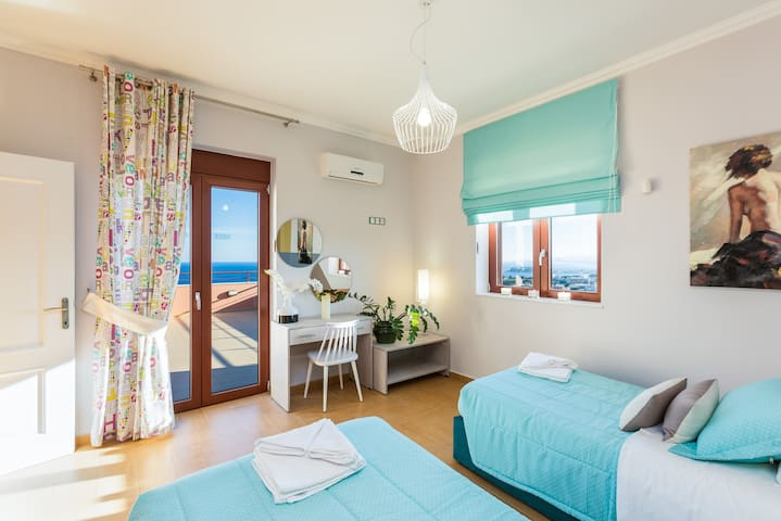 Bedroom with two single beds and sea view. Beds can be set up as 1 king size bed