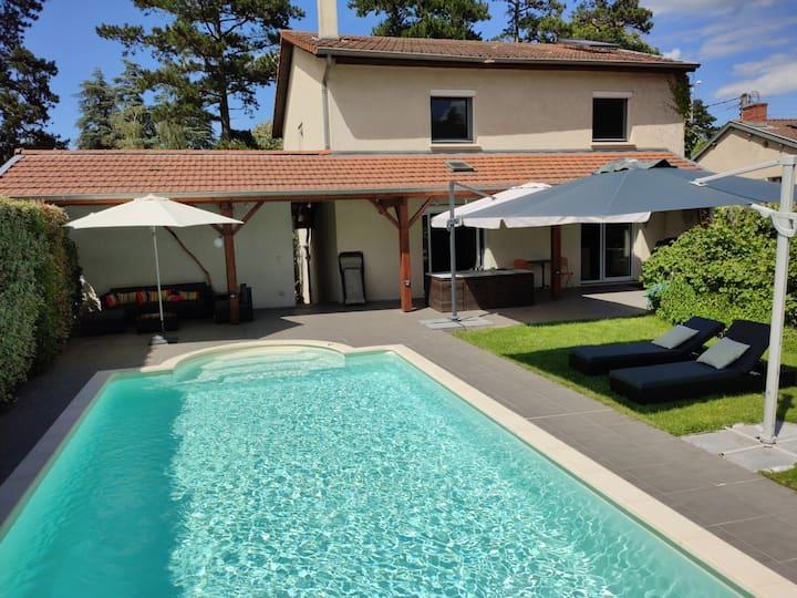 Grandes chambres 15min Vieux Lyon piscine chauffée