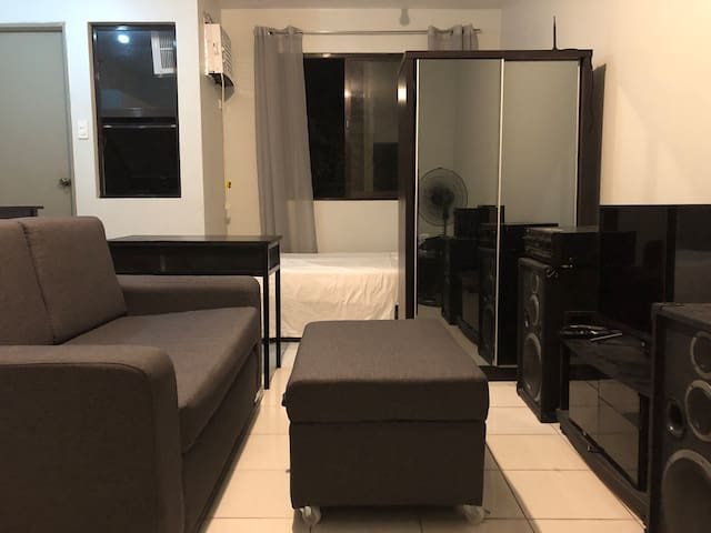 Minimalist Condo Unit near EK w/ Wifi and Netflix