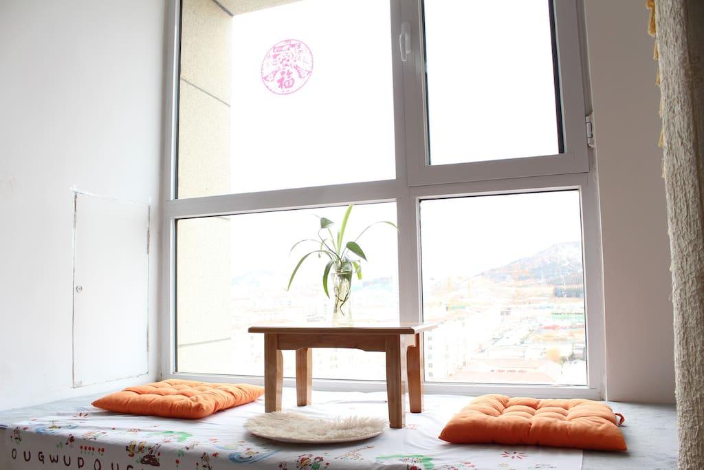 飘窗小阳台,坐着阳台可以眺望山景