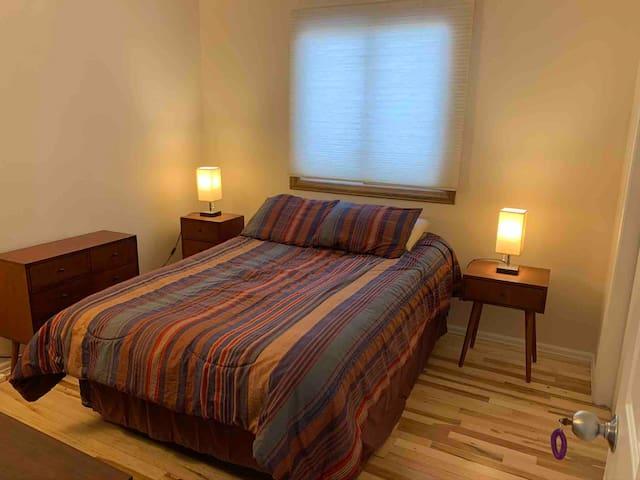 Cozy room/short or long term. Convenient location.