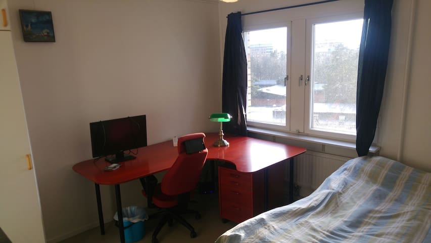 Bright, comfortable place,10 min to Stockholm city - Solna - Internat