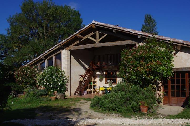 Grande chambre 6 places dans la ferme du bonheur.. - Gimont - Rumah