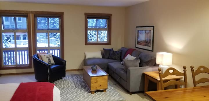 Cozy Ski in/out  studio at the center of Sunpeaks
