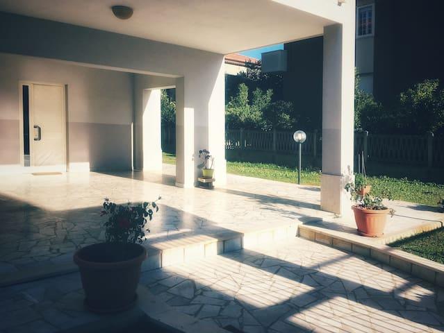 Appartamento al mare con grande giardino (Wi-Fi)