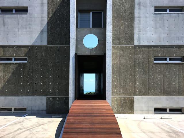 新築!東恩納⭐️建築家が写真家に設計したモダンな邸宅!南北観光地へのアクセスも便利、非日常的沖縄生活