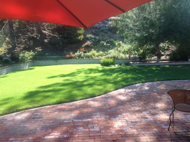 The Freda House : serene garden w/ coastal breezes