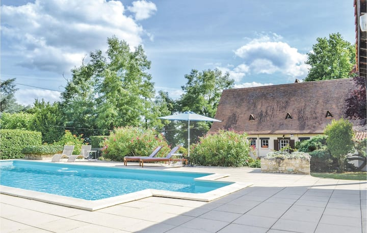 Amazing home in Vélines with WiFi, Outdoor swimming pool and 4 Bedrooms