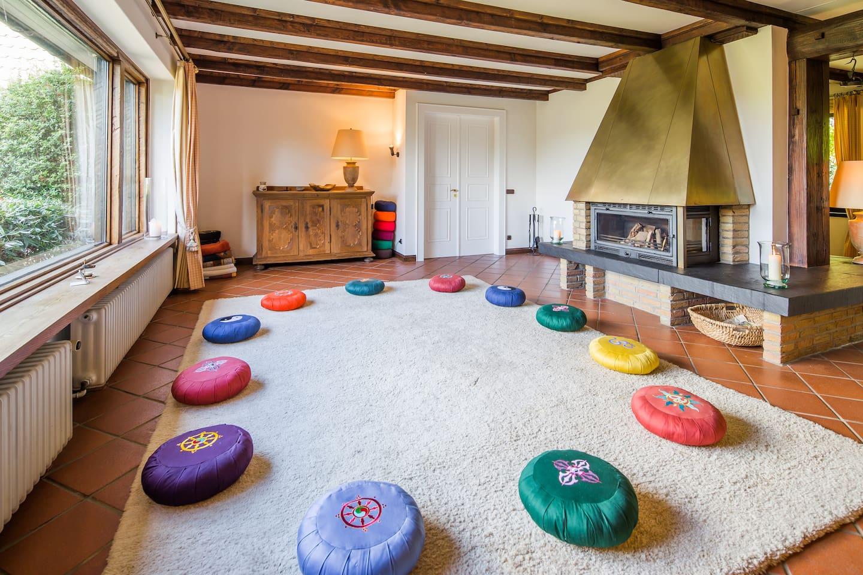 Dies ist der Meditationsraum. // This is the meditation room.