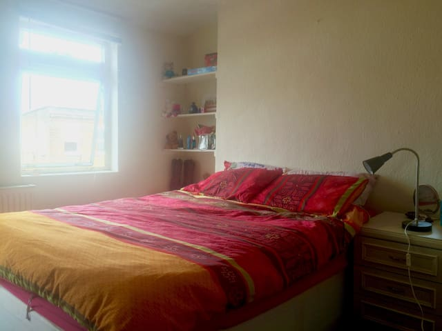 Spacious Flat on Camden High Street - London - Apartment