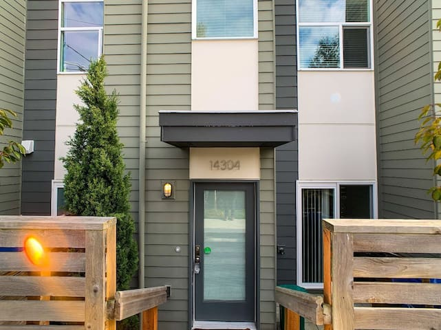Modern North Seattle townhome close to transit!