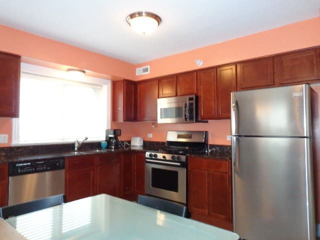 Private bedroom and bath in downtown Des Plaines. - Des Plaines - Selveierleilighet