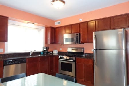 Private bedroom and bath in downtown Des Plaines. - Condominio