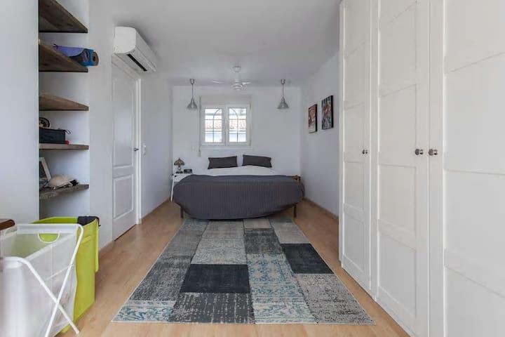 Master bedroom 1 (1st floor)
