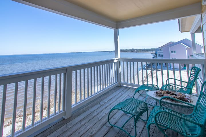 Happy Place: Amazing Waterfront Unit with Kayaks!