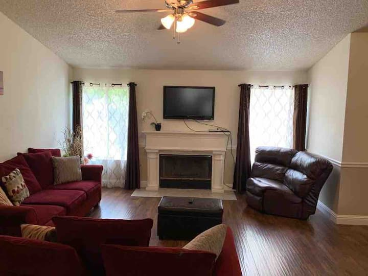Beautiful Home 10 min. to  Riverpark Area