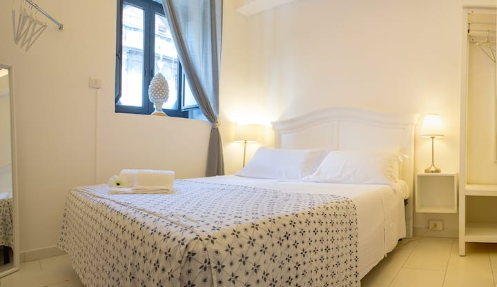 Budget double room ensuite bathroom Catania centre