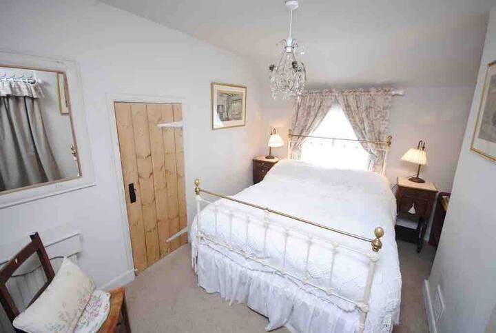 Corner Cottage B&B. Double bedroom with en suite