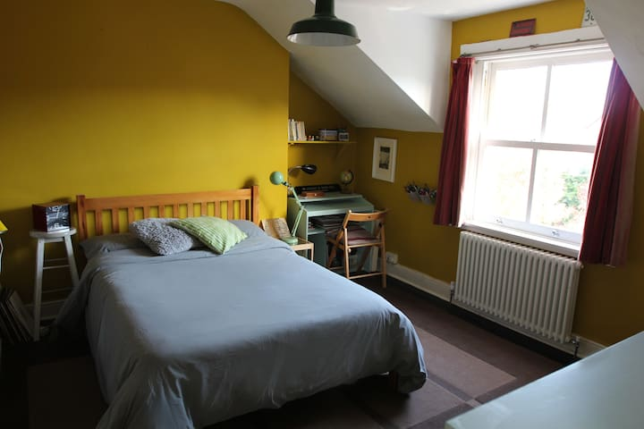 Large double room in townhouse w/ private bathroom