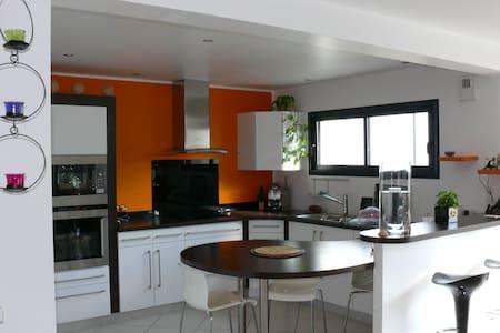 Maison contemporaine avec piscine chauffé - Surzur - บ้าน