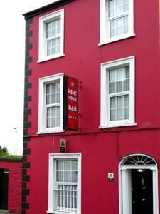 Victorian Townhouse B&B Family Room - Cork - Bed & Breakfast