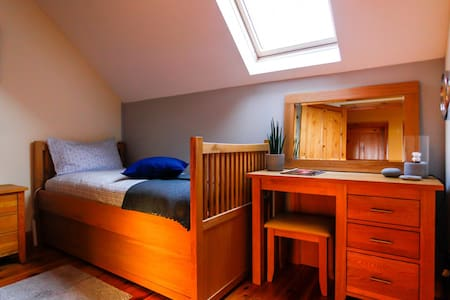Cosy and Warm Single  Room with private Toilet