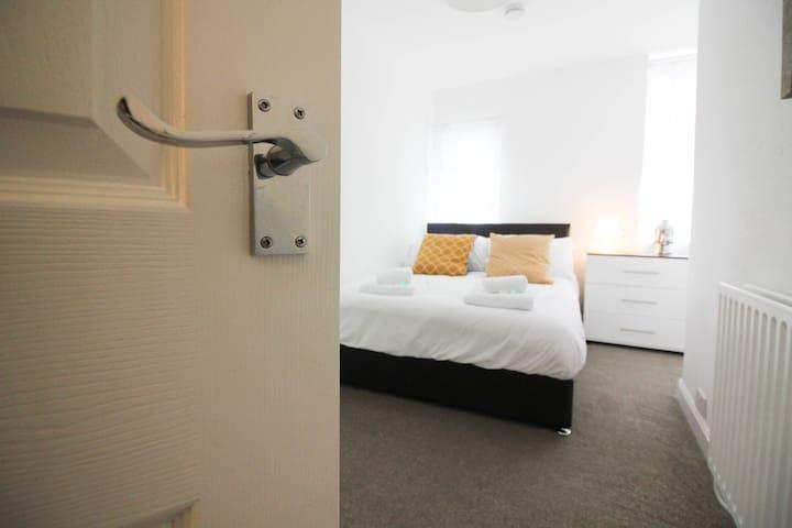 Elegant Modern 2BED Apartment SLEEPS 6 *carpark!*