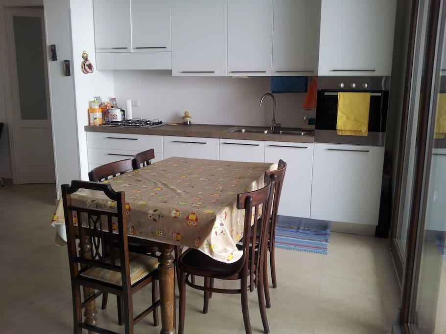 Cucina completa di elettrodomestici ed accessori