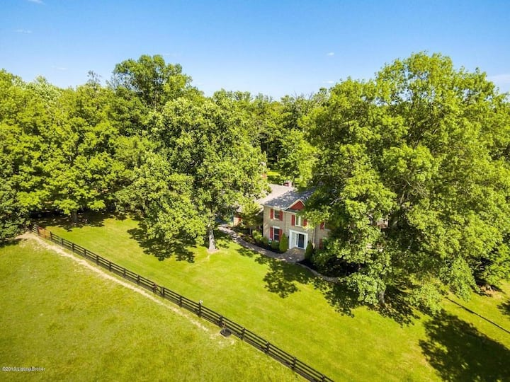 7 acres of quiet and close to stores!