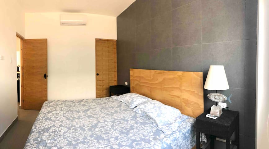 Dormitorio 1 con baño privado y aire acondicionado