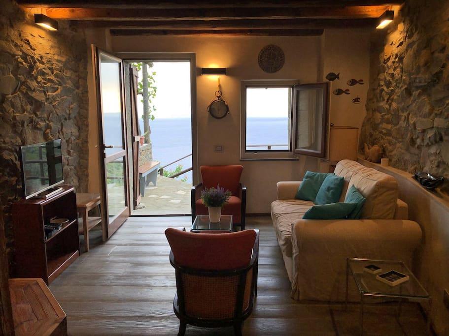 salotto con vista sull'esterno - dining room with view on the outside