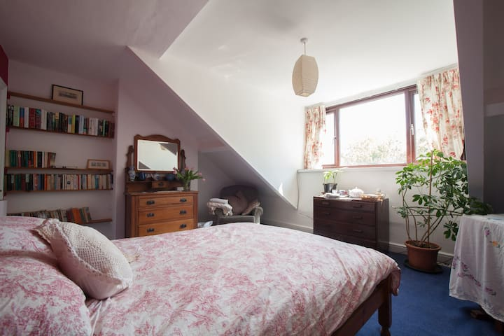 Large vintage-furnished attic bedroom in Saltaire - Shipley