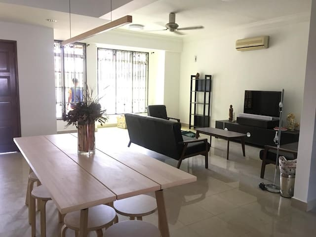 3 Storeys House, 5 mins to Midvalley, 5 bedrooms