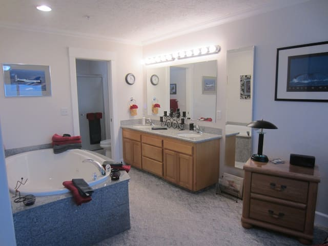 OPEN MASTER BATH.!!! AGAIN, JACUZZI TUB FACES THE OCEAN , WITH TOTAL PRIVACY/