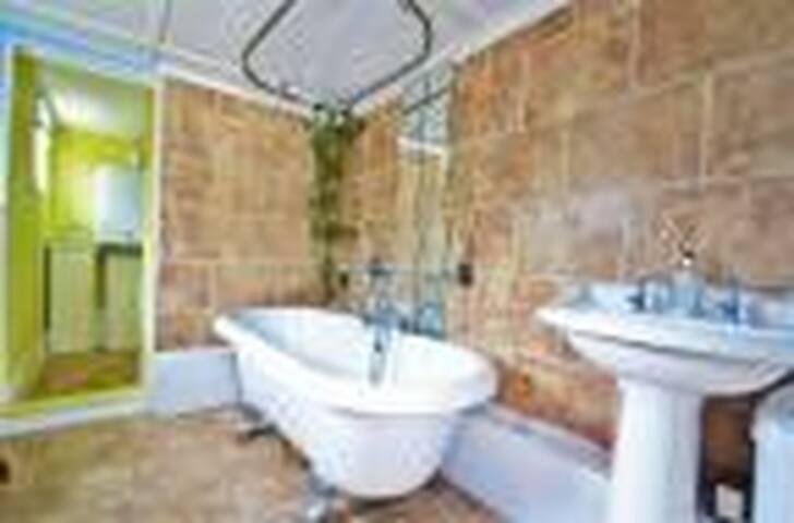 Large clean welcoming room in Elstree