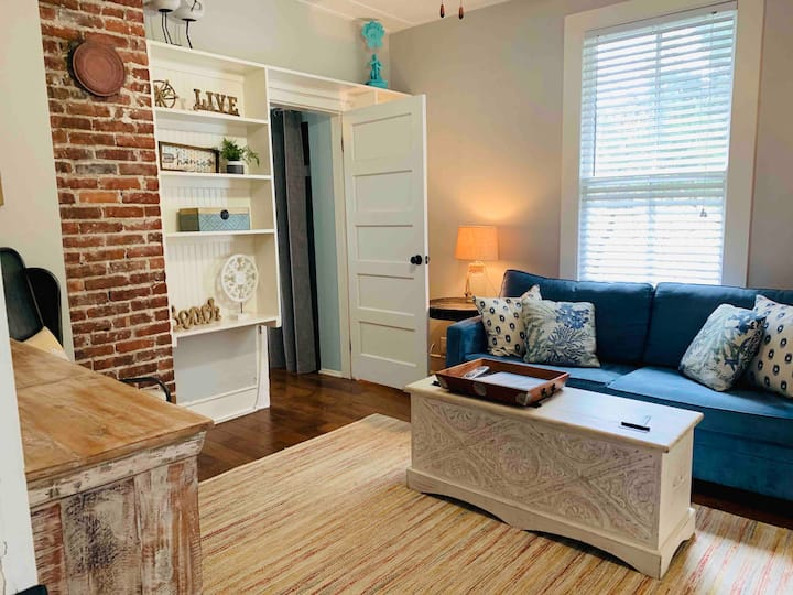 Uptown Apartment, WALKING distance to downtown!