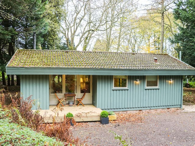 NUTKIN LODGE, pet friendly, with open fire in Coldingham, Ref 957327